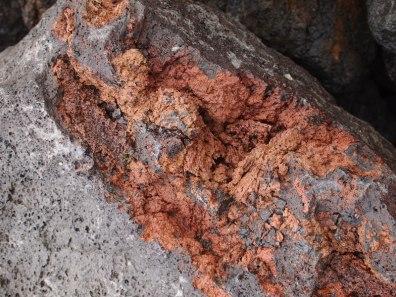 Vulkangestein: da ist tatsächlich nichts bröckelig, sondern alles fest!