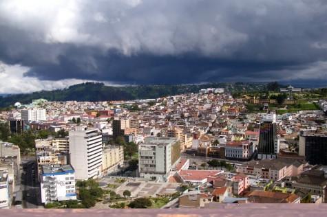 Blick über Quito von der Basilica aus
